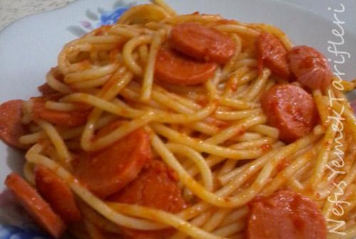 Domates Soslu Sosisli Spagetti Tarifi